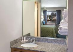 Days Inn by Wyndham Ontario Airport - Ontario - Kylpyhuone