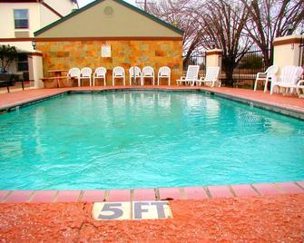 Days Inn by Wyndham Denham Springs-Baton Rouge East - Denham Springs - Pool