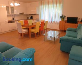 Ferienwohnungen Sattler - Frauenkirchen - Living room