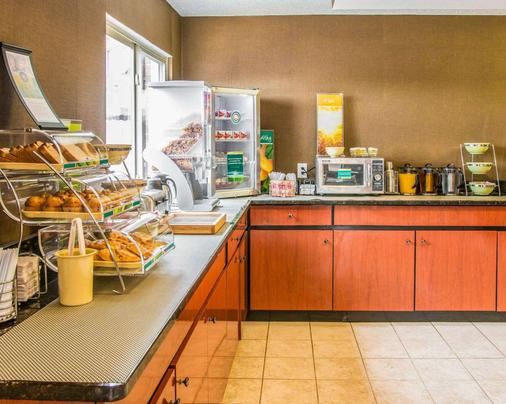 Quality Inn & Suites Airport - Flint - Buffet