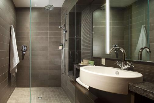 Hotel 71 by Preferred Hotels & Resorts - Québec City - Bathroom
