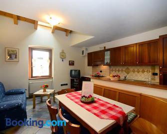 Appartamenti Violalpina - Piazza Costanzi - Male - Huiskamer