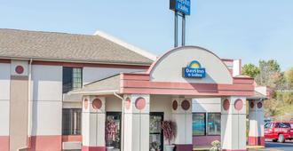 Days Inn & Suites by Wyndham Youngstown / Girard Ohio - Girard