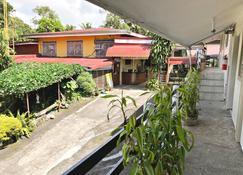 Famous Inn - Tagaytay - Cảnh ngoài trời
