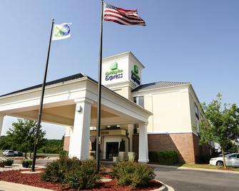 Holiday Inn Express & Suites Delafield - Delafield - Building