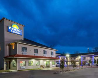 Days Inn & Suites by Wyndham Madisonville - Madisonville - Building
