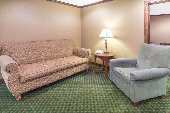 Baymont by Wyndham Davenport - Davenport - Sala de estar