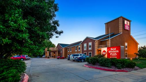 Best Western Plus Midwest Inn & Suites - Salina - Building