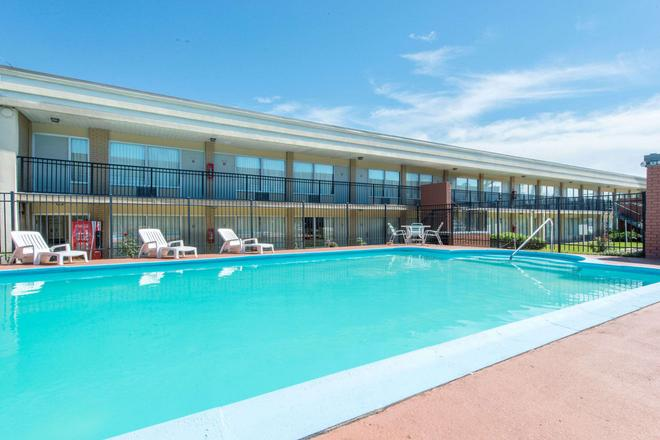 Days Inn by Wyndham Frankfort - Frankfort - Pool