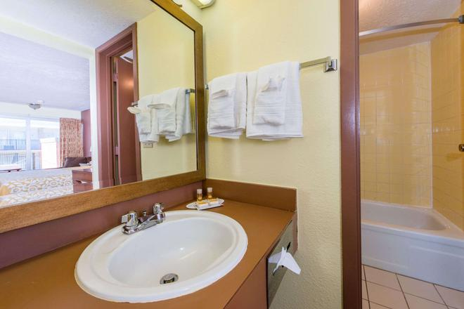 Days Inn by Wyndham Frankfort - Frankfort - Bathroom