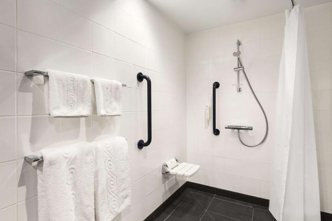 Ramada by Wyndham Oxford - Oxford - Bathroom