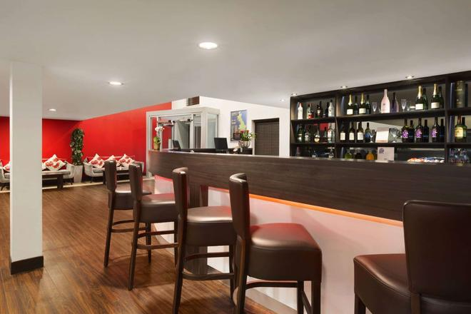 Ramada by Wyndham Oxford - Oxford - Bar