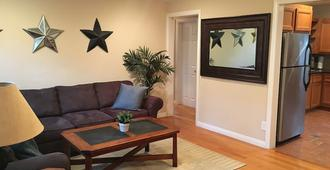 Private 2-Bedroom Bungalow Bliss in North Park! Walking distance to everything! - San Diego - Sala de estar