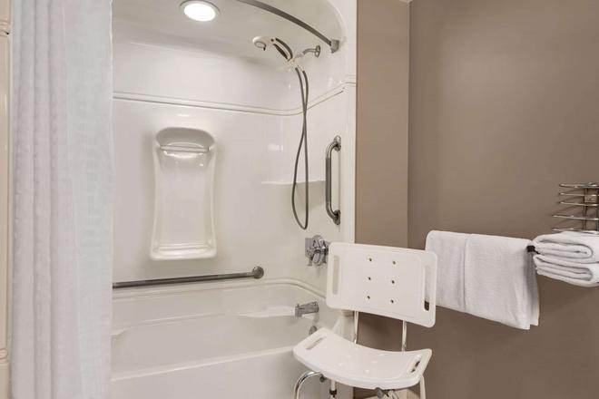 Royal Hotel Regina, Trademark Collection by Wyndham - Regina - Bathroom