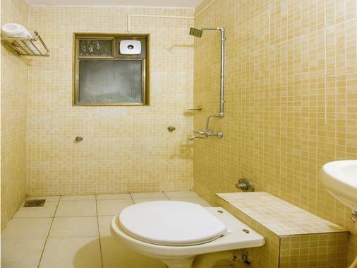 OYO 15483 Sai Palkhi Niwara - Shirdi - Bathroom