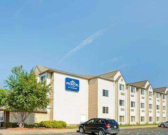 Microtel Inn & Suites by Wyndham Roseville/Detroit Area - Roseville - Building