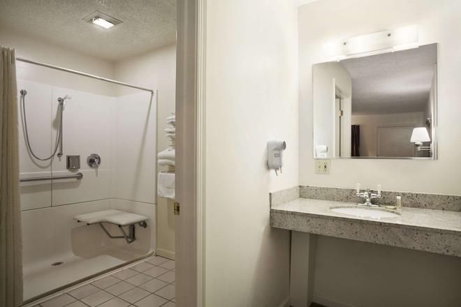 Super 8 by Wyndham Mifflinville Near Bloomsburg - Mifflinville - Bathroom