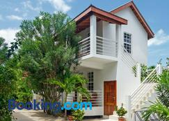 Weezie's Ocean Front Hotel and Garden Cottages - Caye Caulker - Byggnad
