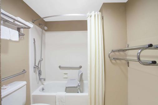 Super 8 by Wyndham Nashville West - Nashville - Phòng tắm