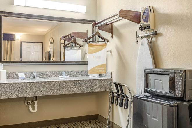 SureStay Hotel by Best Western Tupelo North - Tupelo - Bathroom