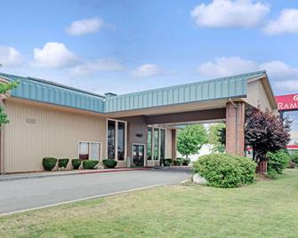 Ramada by Wyndham Spokane Valley - Спокен - Building