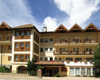 Hotel Villa Rosa - Campitello di Fassa - Building