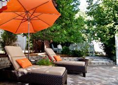 Lori Lanes 'Juliet Cottage' ~ 2 Bedroom ~ Downtown - Ashland - Patio