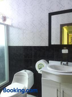 Hostal Y Complejo Recreacional La Playita De Monse - Otavalo - Bathroom