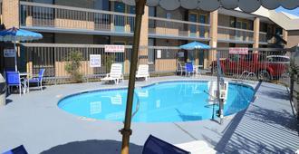 Days Inn by Wyndham Easley/Greenville/Clemson Area - Easley - Pool