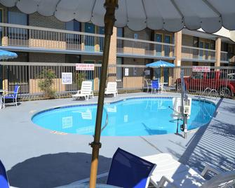 Days Inn by Wyndham Easley/Greenville/Clemson Area - Easley - Zwembad