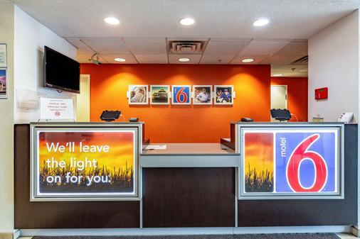 Motel 6 St Louis East - Caseyville, IL - Caseyville - Front desk