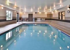 Holiday Inn Express & Suites Emporia Northwest - Emporia - Zwembad