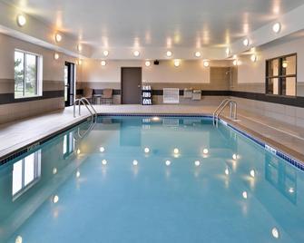 Holiday Inn Express & Suites Emporia Northwest - Emporia - Pool