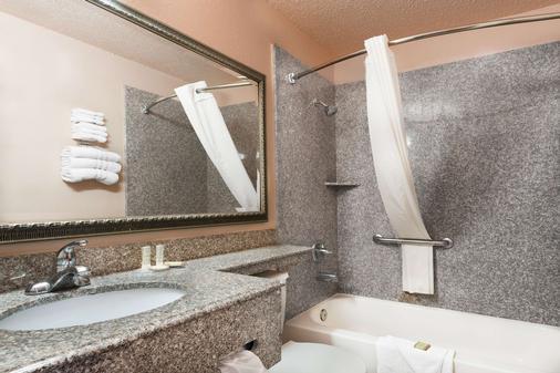 Super 8 by Wyndham San Antonio/I-35 North - San Antonio - Bathroom