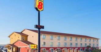 Super 8 by Wyndham San Antonio/I-35 North - San Antonio - Gebäude