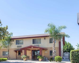 Super 8 by Wyndham Selma/Fresno Area - Selma - Building