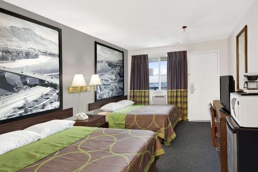 Super 8 by Wyndham Kamloops East - Kamloops - Phòng ngủ