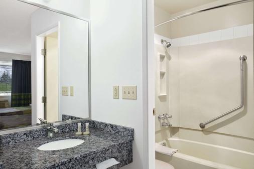 Super 8 by Wyndham Kamloops East - Kamloops - Phòng tắm