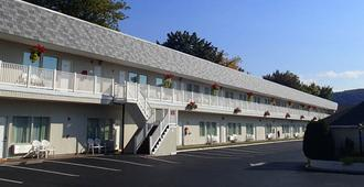 The Georgian Lakeside Resort - Lake George - Building
