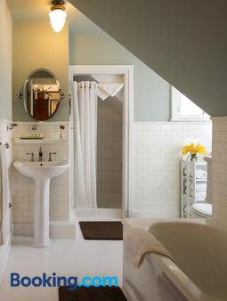 Cabernet House, An Old World Inn - Napa - Bathroom