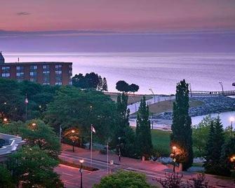 Waterfront Hotel Downtown Burlington - Burlington - Außenansicht