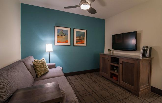 Best Western Plus University Park Inn & Suites - Ames - Living room