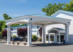 Quality Inn and Suites Danbury near University - Danbury - Building