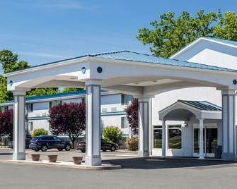 Quality Inn and Suites Danbury near University - Danbury - Rakennus