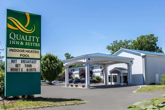 Quality Inn and Suites Danbury near University - Danbury - Rakennus