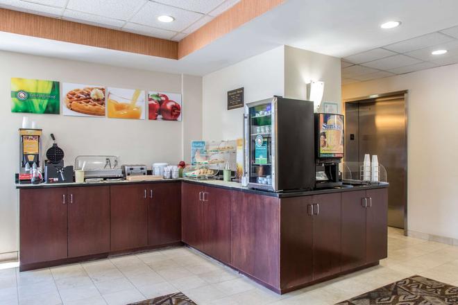 Quality Inn and Suites Danbury near University - Danbury - Buffet