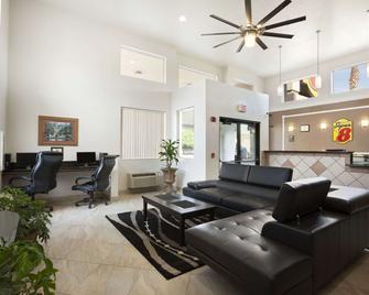 Super 8 by Wyndham Marana/Tucson Area - Marana - Вітальня
