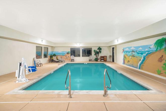 Baymont by Wyndham Albany - Albany - Pool