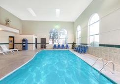 Days Inn by Wyndham Carlsbad - Carlsbad - Pool