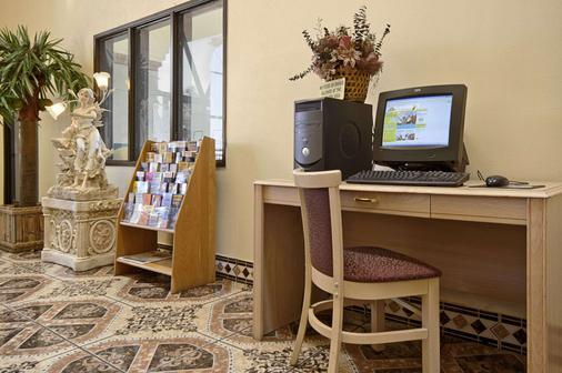 Days Inn by Wyndham Carlsbad - Carlsbad - Business Center